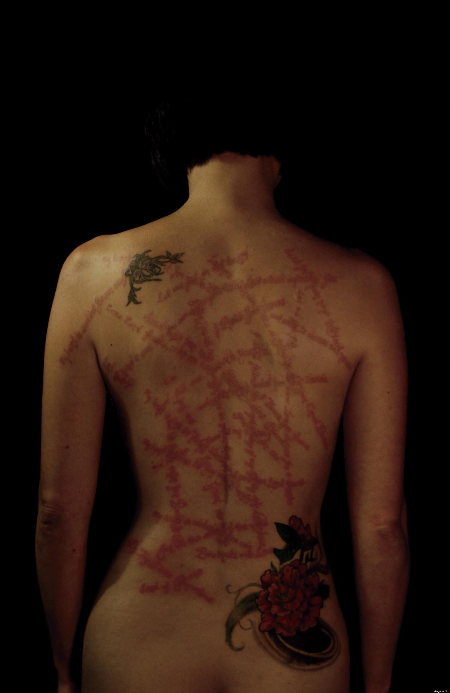 Artista Plastica tatua as feridas de Jesus Cristo nas Costas